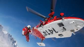 Ein Rega-Helikopter im Einsatz beim Titlis OW.