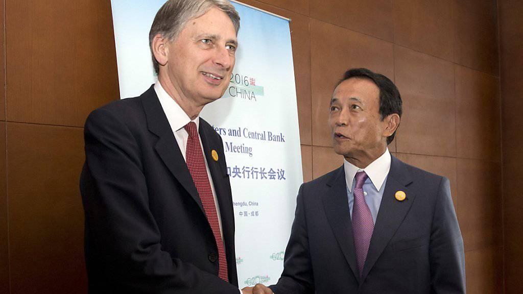 Ein gefragter Mann: Der britische Finanzminister Philip Hammond begrüsst von seinem japanischen Amtskollegen Taro Aso am G20 Gipfel in Chengdu.