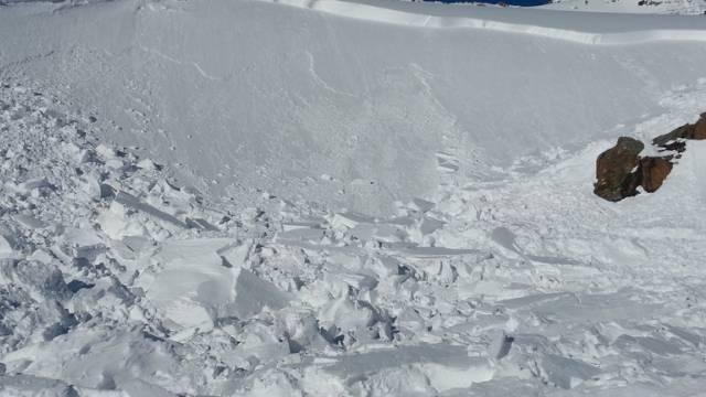 Abgang eines Schneebrettes in den Alpen (Symbolbild)