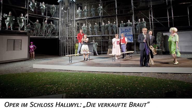 Beim Happy End schauen viele Clowns zu Schlussszene der Hallwyl-Schlossoper «Die verkaufte Braut». (Bild: Bernhard Fuchs)