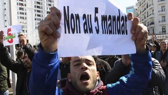 Trotz massiver Proteste will sich der algerische Präsident Bouteflika für eine fünfte Amtszeit bewerben. Seit eineinhalb Wochen protestieren immer wieder Tausende Menschen gegen seine erneute Kandidatur. (Bild vom 23. Februar)