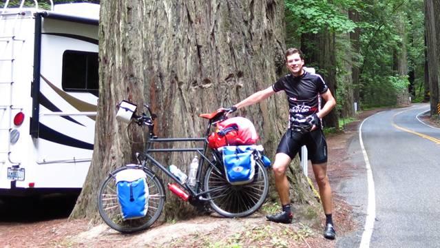 Zwischenstopp: Manuel Meier bei den Mammutbäumen in den Redwoods in Nordkalifornien. Noch viele Kilometer liegen da vor ihm – nicht etwa mit dem Camper, sondern mit dem Velo. ZVG
