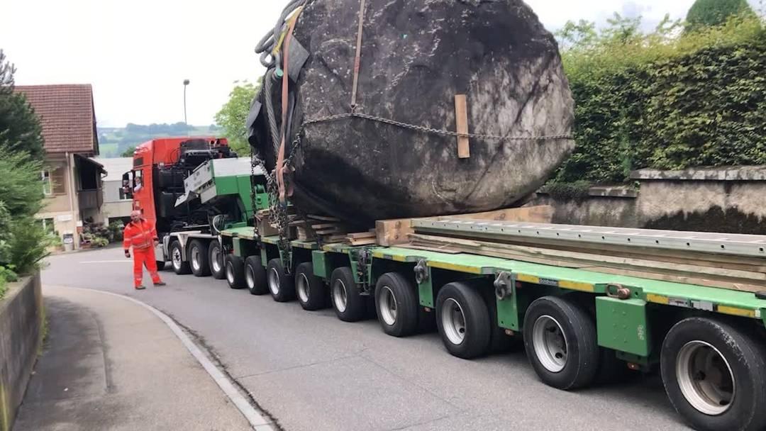 Hier wird der 120-Tonnen-Findling von Seengen abtransportiert