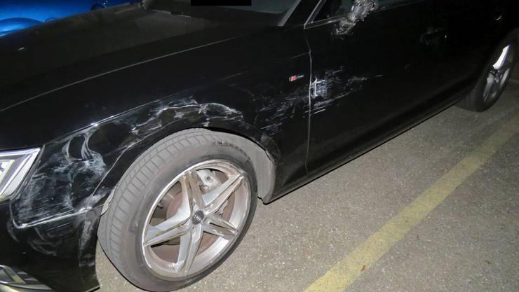 Eine Streifkollision geht glimpflich aus, Sachschaden entsteht dennoch: Der weisse Rover einer 19-jähringen Lenkerin wird ebenso wie das schwarze Fahrzeug einer 49-Jährigen in Mitleidenschaft gezogen. Die Frau mit dem weissen Rover fährt zunächst weiter und meldet sich erst eine Stunde nach dem Unfall bei der Polizei.