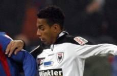 Der Brasilianer Rogerio verlässt den FC Aarau. Der Klub und der Stürmer konnten sich nicht einigen. Rogerio lehnte eine Offerte des Axpo-Super-League-Vereins ab und reiste nicht mit dem Team ins Trainingslager nach Oberstaufen in Deutschland. Stattdessen unterschrieb der 29-jährige Brasilianer bei den Grasshoppers Zürich einen Einjahresvertrag.
