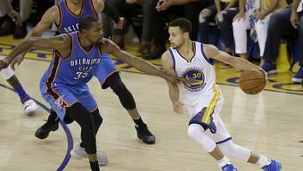 Im Final der Western Conference zwischen den Oklahoma City Thunder und den Golden State Warriors waren sie noch Gegner, in der kommenden Saison machen sie gemeinsam Jagd auf den NBA-Titel: Kevin Durant (links) und Stephen Curry