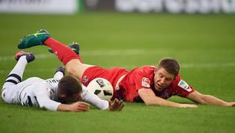 Mönchengladbachs Thorgan Hazard (links) wie der Rest der Mannschaft am Boden