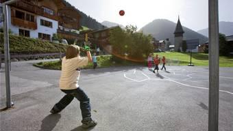 Bald ein seltenes Bild? Kinder spielen auf dem Pausenplatz. Keystone