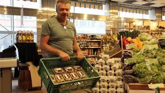 Beat Buchle aus Villnachern beliefert den Bio-Laden Buono in der Brugger Altstadt dreimal wöchentlich mit frischen Wachteleiern. CM