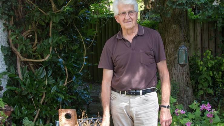 Paul Borner, Präsident des Arbeitskreises für Dorfgeschichte Hägglingen, zeigt das alte Handwerk.