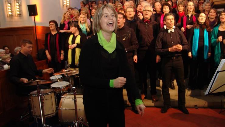 Dirigentin Rita Sidler spornt das Publikum zum Mitsingen an