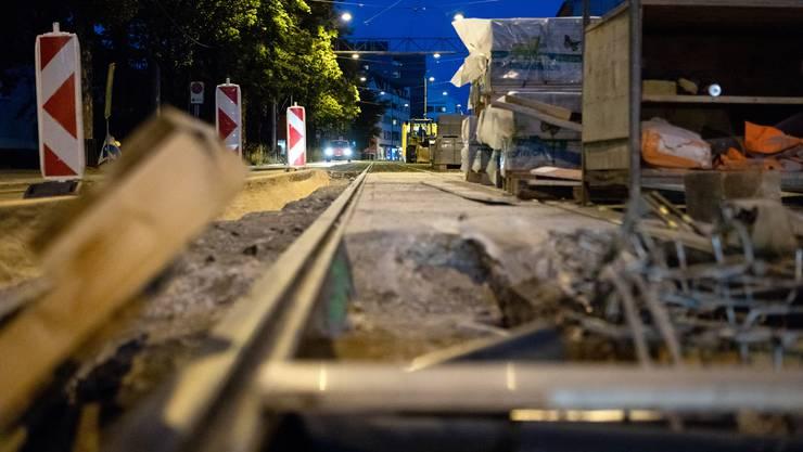 Ein lang herbeigesehnter Moment: Diese Woche wurden die letzten Gleise der 1. Etappe der Limmattalbahn verlegt und zusammengeschweisst. Am 31. August während des Schlierefäscht wird das 2er-Tram erstmals offiziell über die neu verlegten Schienen fahren.