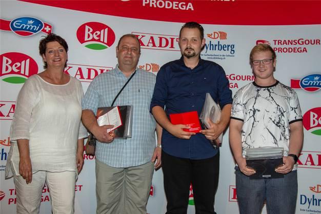 Küchenangestellte EBA: Elias Csaba (2. Rang), Milenko Knezevic (1. Rang), Kim Wyss (3. Rang). Links: Sylvia Känzig, (Dhyrberg AG). Bild: zvg