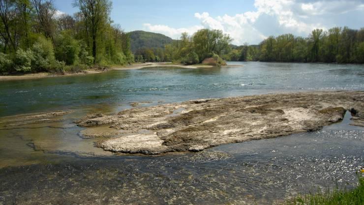 Aare bei Lauffohr: Neue Inseln tauchen aus dem Fluss, der Seitenarm hinten ist fast trocken. Das kleine Bild rechts zeigt die Aare Ende April 2009 an gleicher Stelle. (Walter Schwager)