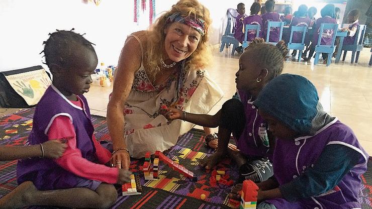 Marielle Furter mit Kindern aus ihrem Kindergarten.