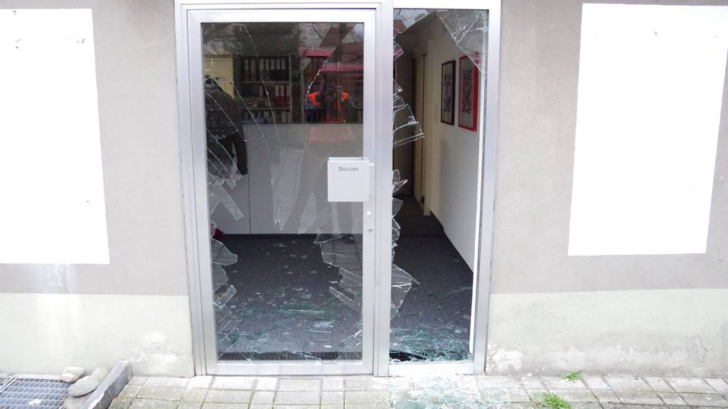 Beim Rückwärtsfahren demolierte die Lenkerin die Glastür eines Wohnhauses