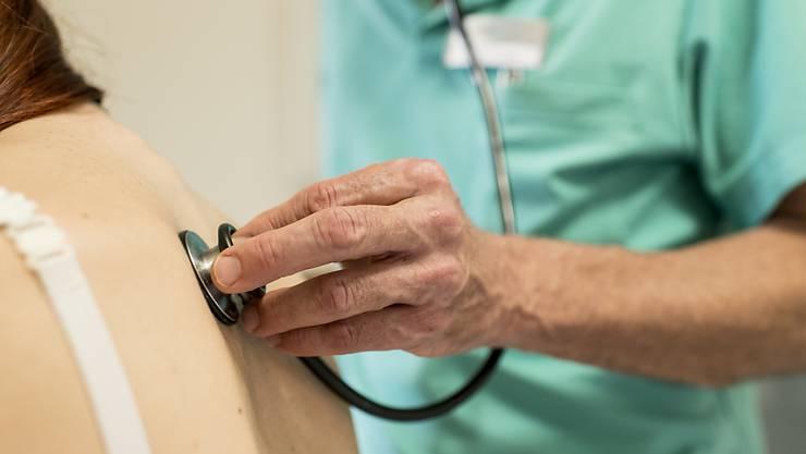 Wer zum Arzt oder ins Spital muss, soll künftig einen grösseren Teil der Rechnung selber zahlen. (Symbolbild)
