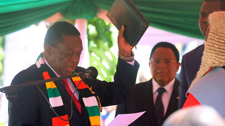 Emmerson Mnangagwa (links) ist in Simbabwe als Präsident vereidigt worden.