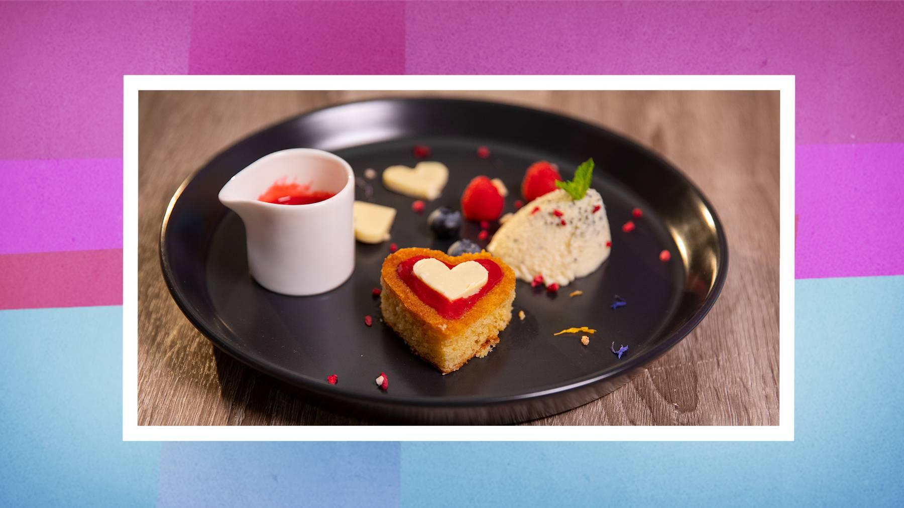 Marzipan-Mohn-Mousse mit Himbeersauce Weisse Toblerone-Herzli