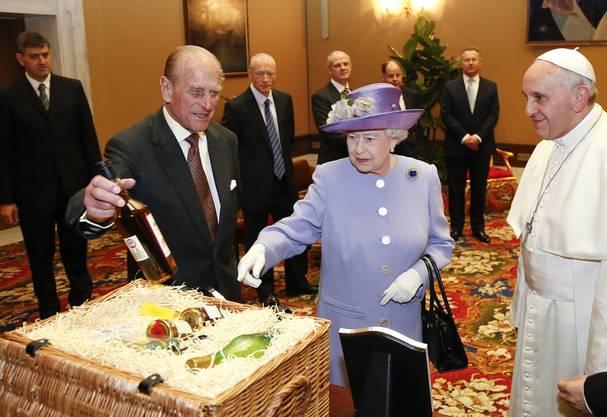 Elizabeth und ihr Ehemann Prinz Philipp brachten dem Pontifex einen Geschenkkorb mit Bio-Lebensmitteln mit.