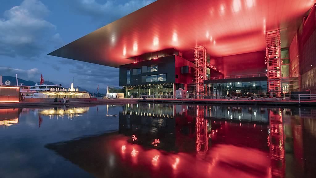 Das rot erleuchtete KKL Luzern: Die Situation der Kultur und der Veranstalter ist nur ein Thema der Corona-Session des Luzerner Kantonsrats. (Archivaufnahme)