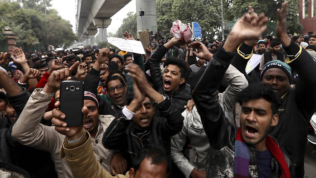 In Indien dauern die gewaltsamen landesweiten Proteste gegen das neue Staatsbürgerschaftsrecht an - wie hier von Studenten der  Jamia Millia Islamia Universität in Neu Delhi.