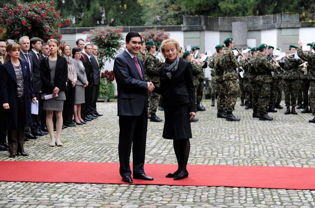 Auf Staatsbesuch in der Schweiz: Bundespräsidentin Eveline Widmer-Schlumpf empfing Gurbanguly Berdimuhamedow 2012 auf dem Landgut Lohn bei Bern – dem Gästehaus des Bundesrats.