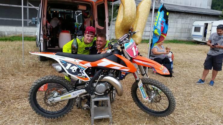 Der junge Motocross-Fahrer mit seinem Vater