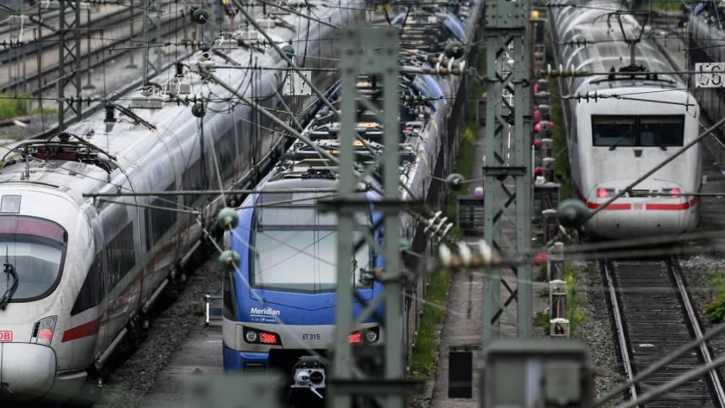 Nichts geht mehr im Bahn-Fernverkehr in Norddeutschland. Wegen des Sturms «Mortimer» stehen fast alle ICE-Züge still.