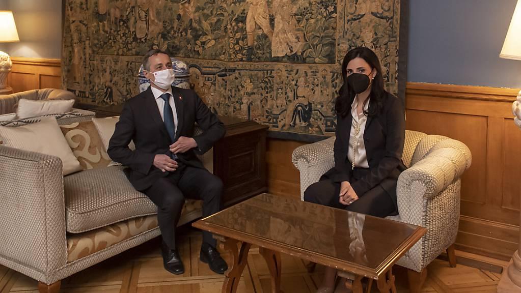 Bundesrat Ignazio Cassis hat sich am Donnerstag mit seiner liechtensteinischen Amtskollegin Dominique Hasler zu einem offiziellen Arbeitsbesuch in Lugano getroffen. Beide Länder wollen ihre Zusammenarbeit vertiefen.