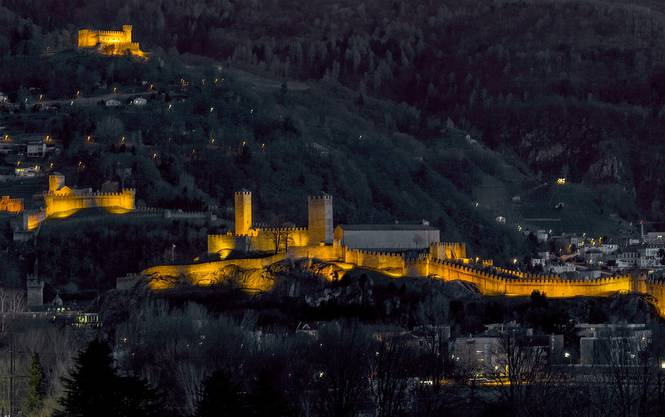Gestern Talsperre zu den Alpen, heute Welterbe: Die drei imposanten Burgen von Bellinzona gehören zu den bedeutendsten Zeugen der mittelalterlichen Befestigungsbaukunst. Die drei Burgen – Castelgrande, Montebello und Sasso Corbaro – haben noch heute einen Schlossherr. Luciano Rossi ist seit 1987 Hausmeister und lebt mit seiner Familie im Castelgrande. Vom obersten Schloss (Sasso Corbaro) hat man ein bombastisches Rundumpanorama und ein gutes Restaurant zum Stärken. Buon appetito!