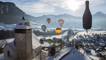 Am Himmel über Château-d'Oex sind anlässlich des 38. Internationalen Ballonfestivals Heissluftballons in den verschiedensten Formen und Farben zu bestaunen.
