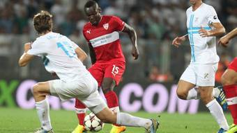 Stuttgarts Arthur Boka gegen Marko Leskovic of HNK Rijeka: Der VfB verliert auswärts gegen das kroatische Team überraschen mit 2:1.