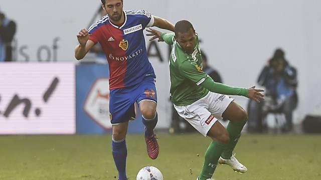 Basels Matias Delgado im Zweikampf gegen St. Gallens Everton