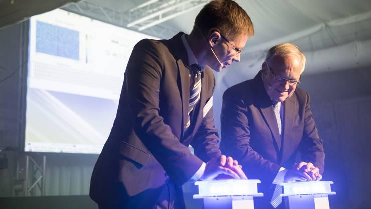 Joël Mesot und Bundespräsident Johann Schneider-Ammann drücken die Start-Buttons.