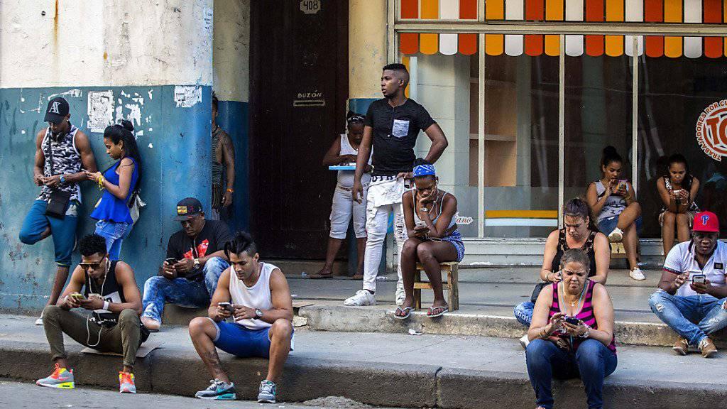 Kubanerinnen und Kubaner können jetzt SMS an Angehörige und Bekannte in den USA schicken (Archiv)