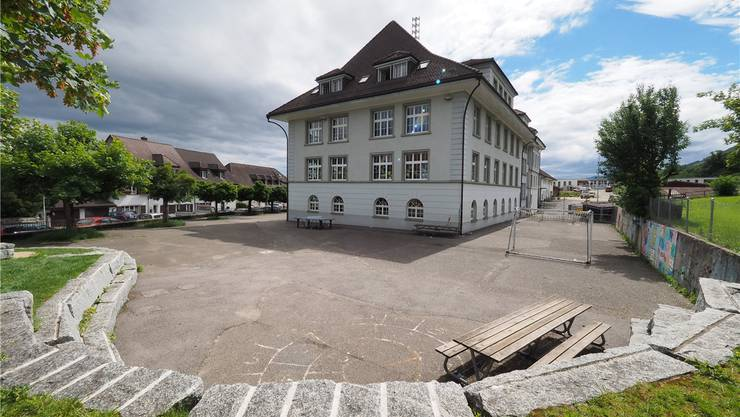 Der Pausenplatz vor dem Schulzentrum Oberdorf wird nun umgestaltet.