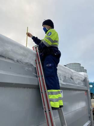 Schafisheim AG, 18. Januar: Die Kantonspolizei kontrollierte Fahrzeuge, deren Dächern mit Eis und Schnee bedeckt waren. Über 20 Lenker mussten verzeigt werden.