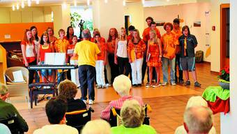 Der tschechische Chor Paprsek tritt vor Pensionären im Haslibrunnen auf.