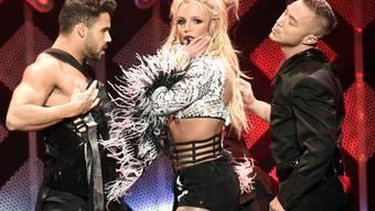 Britney Spears (Mitte) lebt, es geht ihr gut. Am 26. Dezember kursierte auf Twitter eine gefälschte Todesnachricht über den US-Popstar (Archiv)