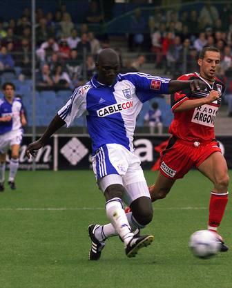 Papa Bouba Diop wird von Aaraus Manuel Schenker verfolgt anlässlich dem Spiel Grasshopper-Club Zürich gegen FC Aarau vom 7. Juli 2001 im Hardturm in Zürich.