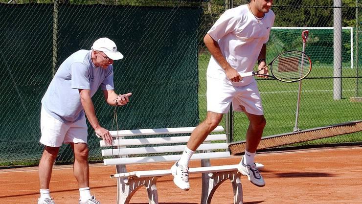 Der Schleifer. Wichtigste Konstante. Seit 24 Jahren Fitnesstrainer von Roger Federer (auf dem Bild links).