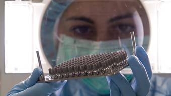 Scharf beobachtete Implantate: Qualitätskontrolle in der Fabrikationsstätte in Villeret BE.