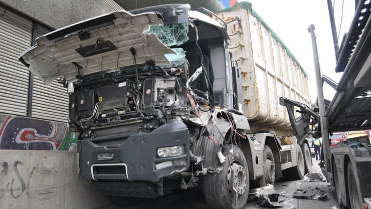 Auffahrunfall auf der Autobahn A2 zwischen zwei Lastwagen.