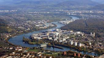 Die Grenzacherstrasse verläuft entlang dem Rhein. Links neben dem Sportzentrum Rankhof beginnt das Entwicklungsgebiet.