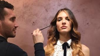 Edukata Mustafaj's Haare werden von Ludo Lee für ein Werbevideo zurechtgemacht.