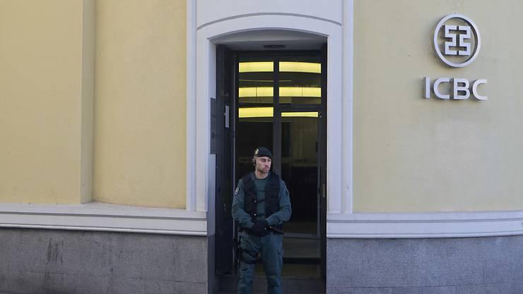 Polizeibeamter vor der ICBC-Niederlassung in Madrid, die am Mittwoch durchsucht wurde.