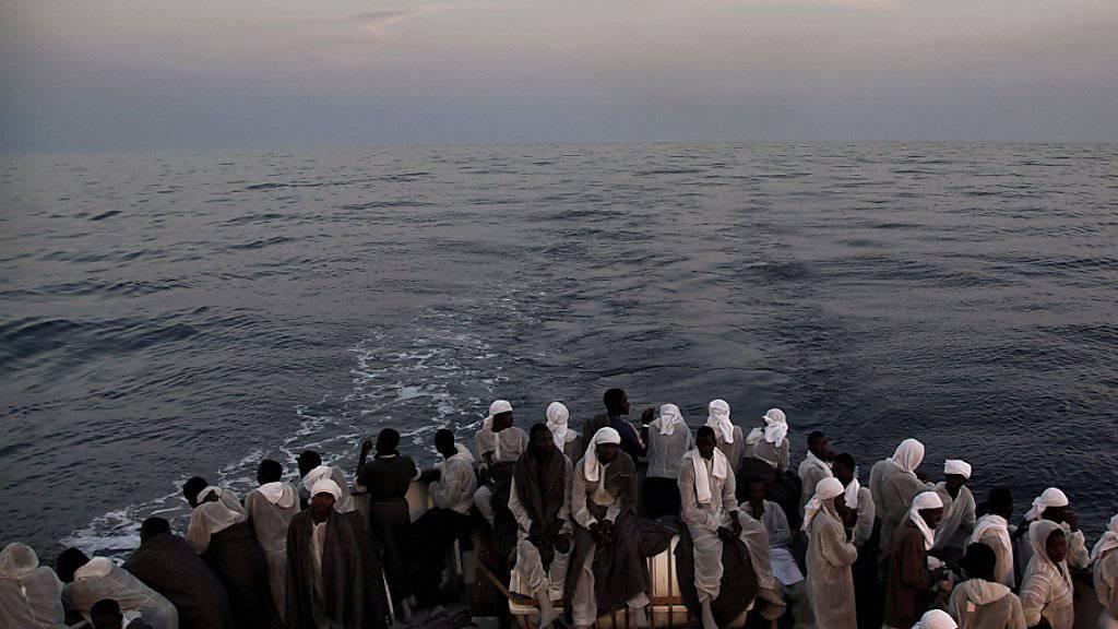 """Flüchtlinge auf dem Rettungsschiff """"MS Aquarius"""" der Hilfsorganisation Ärzte ohne Grenzen. (Archiv) Am Mittwoch teilte die Organisation mit, sie habe 22 Leichen inmitten von  200 Menschen auf einem Schlauchboot entdeckt."""
