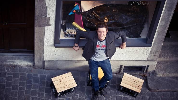 Der Filmemacher Roberto Quarella will sich vor dem finanziellen Ruin retten. Deshalb druckt er in der Galerie Unikat bis Ende Monat sein eigenes Geld: Seine Währung heisst «Echte Quarellas».