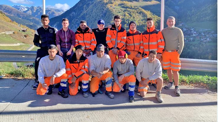 Die Lehrlinge der Wiederkehr-Gruppe während des diesjährigen gemeinnützigen Arbeitseinsatzes im Lehrlingslager in Curaglia im Kanton Graubünden.